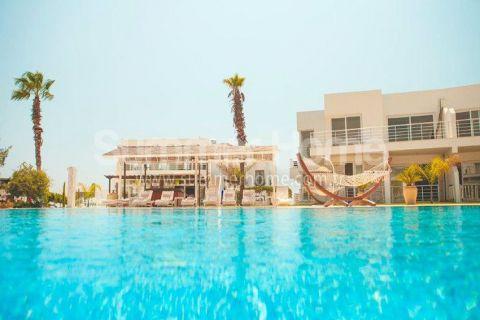Complexe résidentiel moderne juste au bord de la plage dans le nord de Chypre