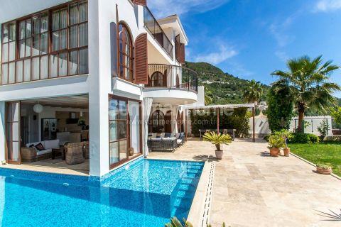 Villas de luxe de style méditerranéen avec piscine privée à Alanya Centre