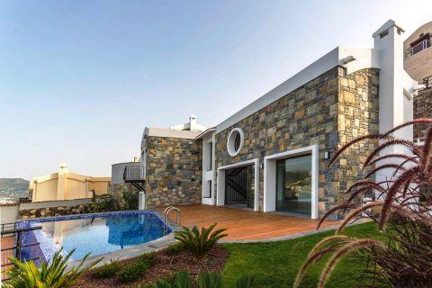 Luxe villa met panoramisch uitzicht op zee vanuit het zwembad in Bodrum, Turkije