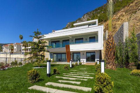 Rymlig villa med havsutsikt i Bektas