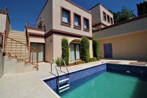 Schlichte Villa mit zwei Schlafzimmern und privatem Pool