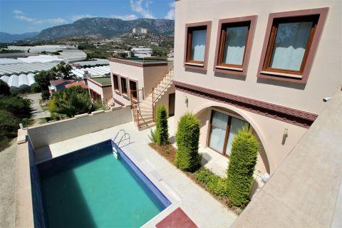 Renovierte Villa mit zwei Schlafzimmern und privatem Pool