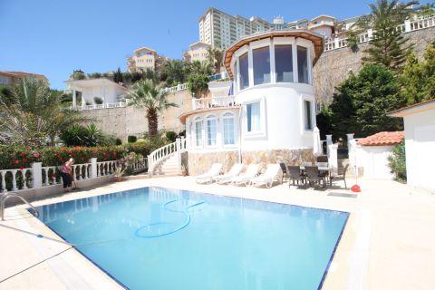 Detached three-bedroom villa with sea view