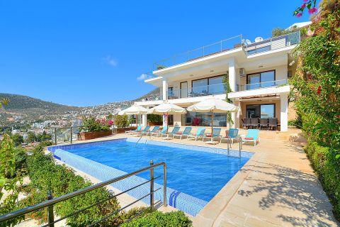 Five-bedroom villa in natural surroundings offering a spectacular view in Kalkan